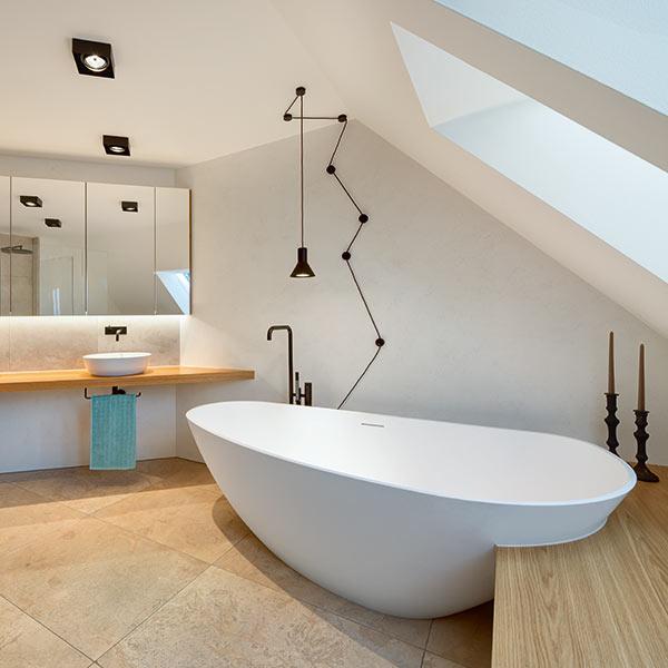 Freistehende Badewanne im Designerbad