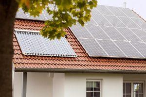 Mit einer kombinierten Solaranlage erzeugen Sie umweltfreundlich Strom und Wärme für Ihr Eigenheim.