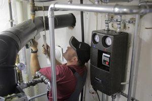 Auch die Abgasführung muss bei einer neuen Öl-Brennwertheizung überprüft und gegebenenfalls modernisiert werden.