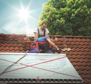 Installation einer Solarwärmeanlage auf dem Dach eines Einfamilienhauses. Foto: Paradigma
