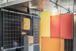 Die verschiedenen Module einer Solarwärmeanlage in einer Fachausstellung.